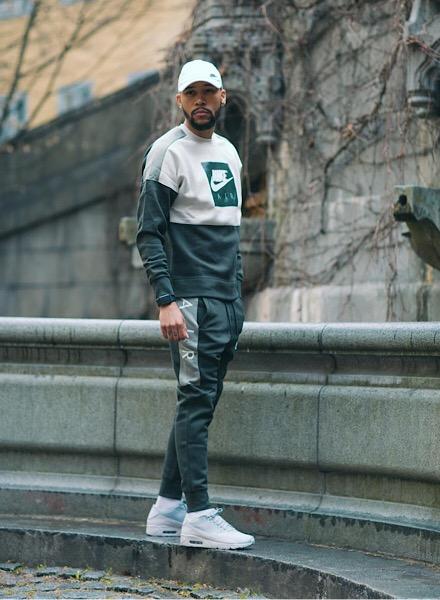 Bryan Massa bär en outfit från Nike Air